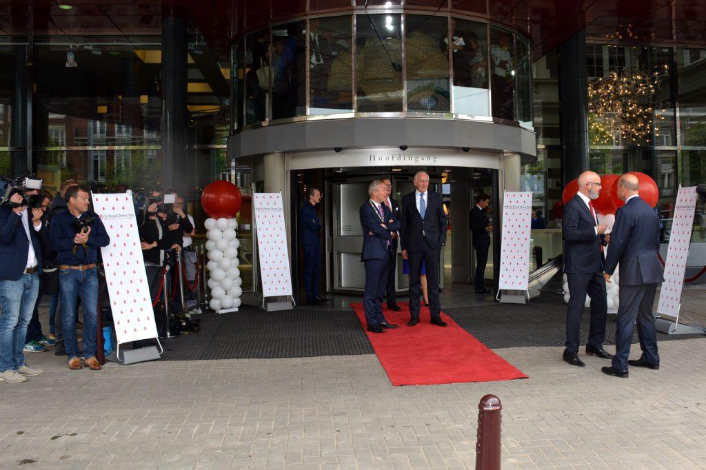 3 De Commissaris van de Koning voor Noord Holland en de burgemeester van Amsterdam wachten buiten op de komst van de de Koning.